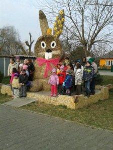 Veľkonočná ozdoba na námestí obce-Húsvéti dísz a község főterén