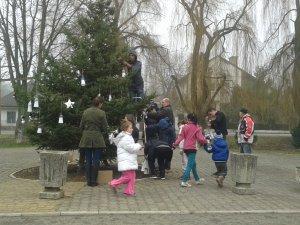 Zdobenie obecného vianočného stromčeka - A községi karácsonyfa díszítése