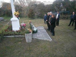 Kladenie vencov na cintoríne- Koszorúzás a temetőn