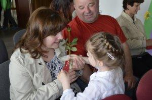 Odovzdávanie kvetín mamičkám - Virágok átadása az édesanyáknak