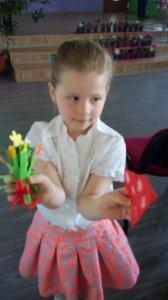 Odovzdávanie darčekov a kvetín mamičkám-Az ajándékok és virágok átadása az édesanyáknak