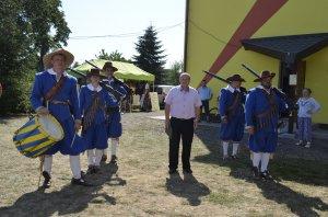 Starosta obce v sprievode strelcov Bethlen Garde - A község polgármestere a Bethlen Gárda lövészeivel
